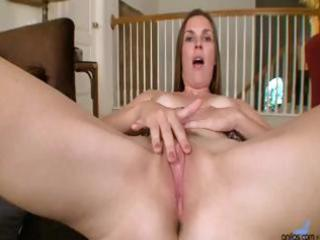 older mamma is rubbing her pussy and stuffing it