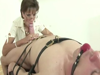 lady sonia rubbing pounder against her