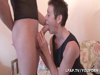 mature cochonne baisee et fistee par un petit