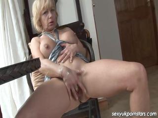 aged uk pornstar jane bond boffs her vagina with