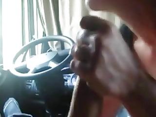 vieille pute suce dans son camion un client